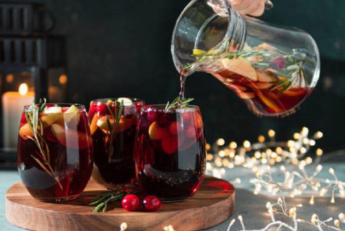 Cách tạo ra một ly vang kết hợp với hoa quả để giải nhiệt mùa hè